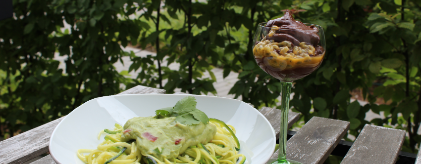 Ein sommerliches Avocadomenü: Zoodles mit Guacamole und Avocado Schokomousse